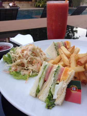Racha Thewa, Tailandia: Club sandwich by the swimming pool