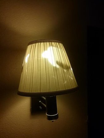 Days Inn & Suites Mesa: Really??? Replace the lampshade!