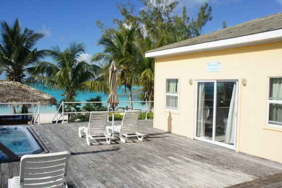 Tail Winds Resort: Fabulous location - steps from the beach!