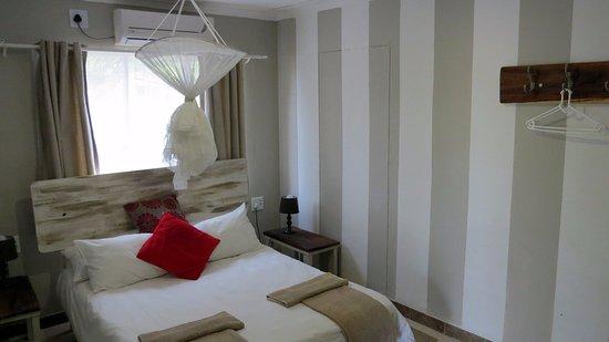 Schlafzimmer mit Moskitonetz und Klimaanlage - Picture of Etotongwe ...