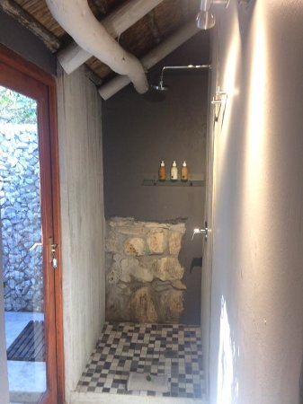 MOSAIC Lagoon Lodge : Indoor and outdoor shower.