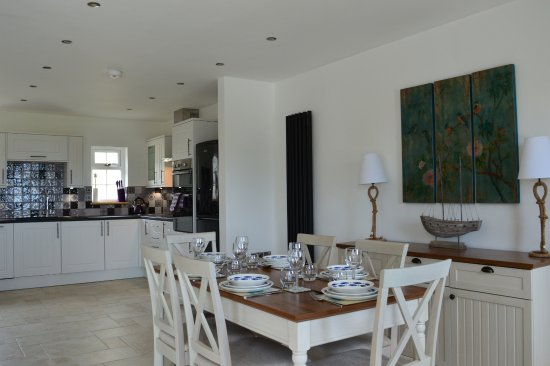 Aberporth, UK: coastal themed kitchen/dining area in Driftwood