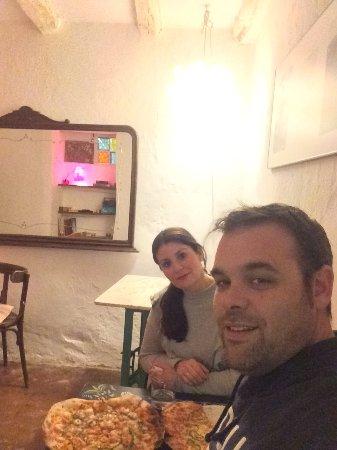 Alajar, สเปน: Buen sitio y buen ambiente ..... las auténticas pizzas en horno de leña. Buenísimas !!!!