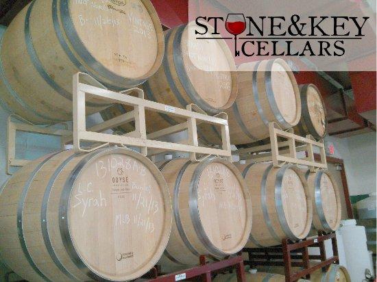 Montgomeryville, Pensilvania: Barrels in the winery.