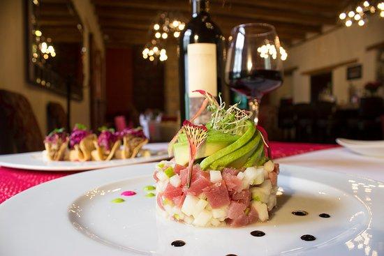 Restaurante El Secreto: Tartar de atún acompañado de una deliciosa copa de nuestro mejor vino