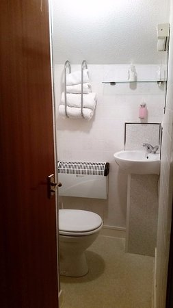 Glenfern Guest House : Clean bathroom with a shower behind the door