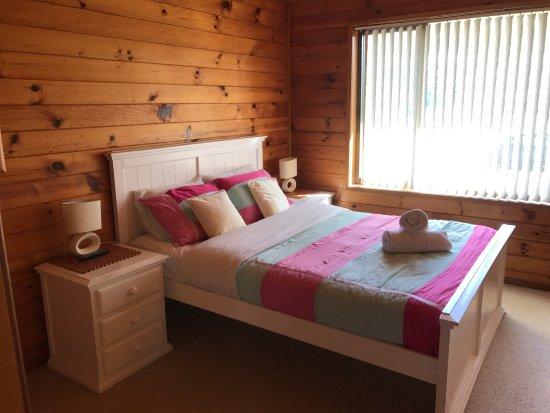 Nelsons Beach Lodge: Ensuite queen bedroom