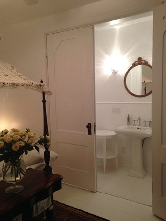 Church des Artistes Guest House: En Suite Bath for Abbey Room