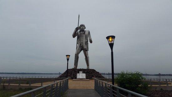 Monumento Andres Guazurari: Vista frontal del monumento