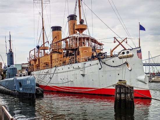 Independence Seaport Museum: Admission includes tours of the WWII submarine Becuna (L) and the USS Olympia (R)