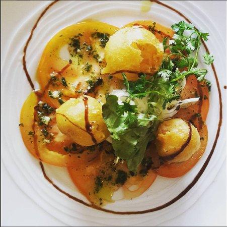 Sauve, فرنسا: Carpaccio de tomates au basilic et ses beignets de poissons frais