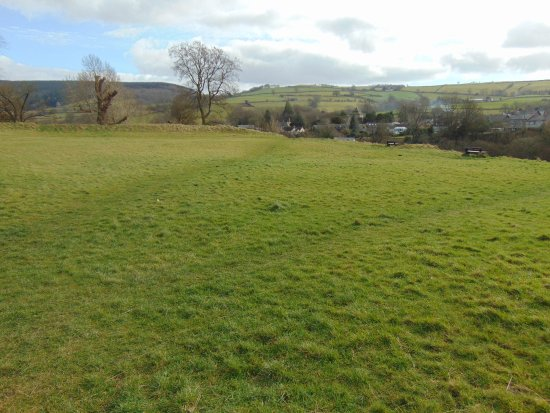 Clun, UK: Beautiful views with benches to rest on and enjoy those views.