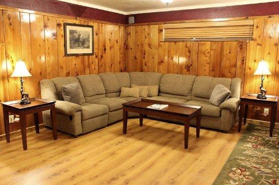 Kernville, CA: 201: Honeymoon Suite (King & Sofa Bed + Living Room & Full Kitchen)