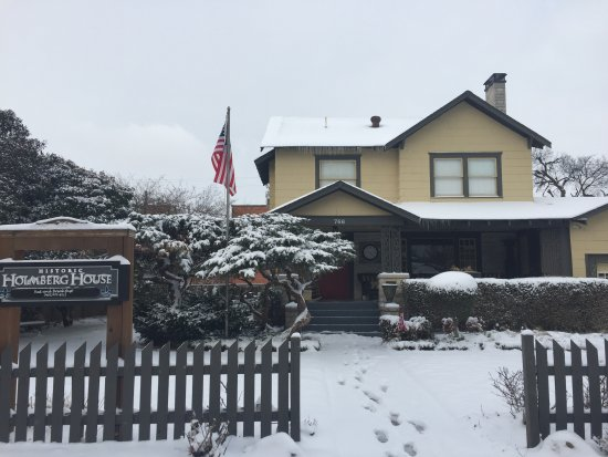 Holmberg House Bed and Breakfast: It's beautiful in the snow