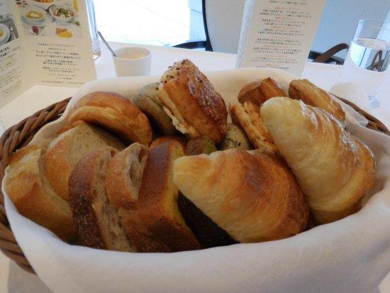 Hotel La Suite Kobe Harborland: 洋朝食に提供される、ル・パン謹製8種のパン(2人前)