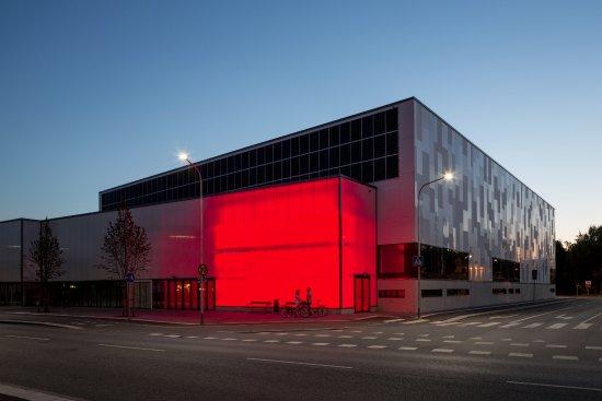 Uppsala, Sverige: Multihallen med fasadbelysning inifrån.