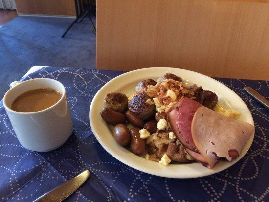 Arthur Hotel: En perfekt morgon. Köttbullar och prinskorvar till frukost.