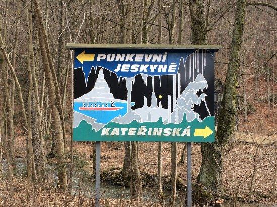 Blansko, Tjekkiet: Road sign just nearby the ticket counter near Skalni Mlyn.