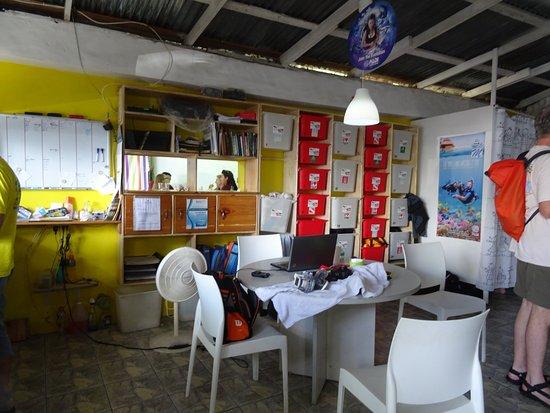 Bureau et box pour les vêtements de ville secs picture of