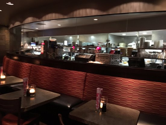 Victor, Nowy Jork: PF Chang's - view into kitchen