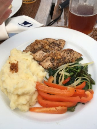 MNUW Bar & Restaurant: Tuna with peppers onions sea greens & mashed potatos