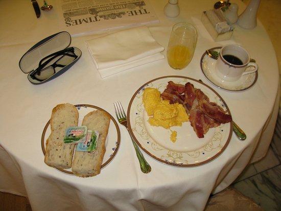 Гостиница Метрополь Москва: Egg, bacon, fresh orange juice, bread and coffee