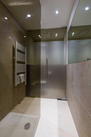 Modernes Badezimmer mit Regendusche in der Familiensuite - Bild von ...
