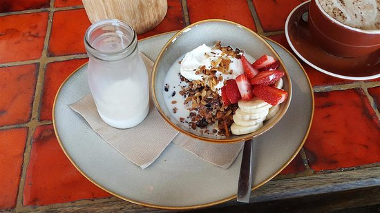 Long Jetty, Australia: Crunchy Granola with Fresh Milk