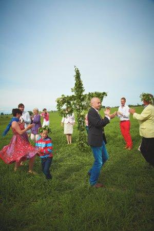 Schweden: Familien und ganze Dörfer feiern die Sommersonnenwende. Foto: Carolina Romare/imagebank.sweden.s