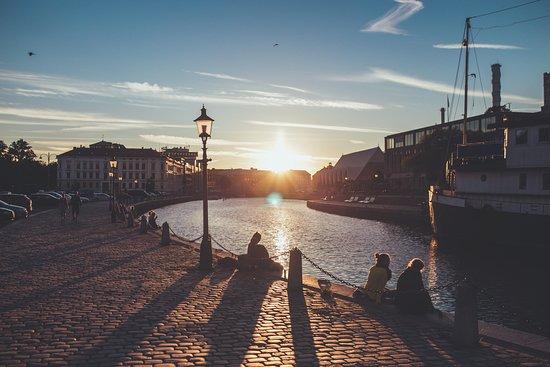 Schweden: In magischen Sommernächten geht die Sonne nie ganz unter. Foto: Faramarz Gosheh/imagebank.sweden