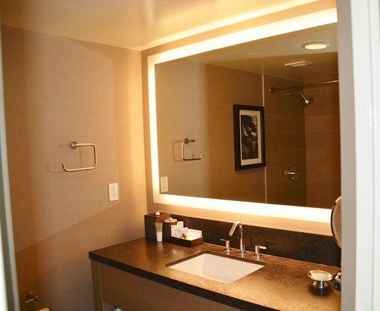 Hyatt Regency Lake Tahoe Resort, Spa and Casino: Neat bath vanity