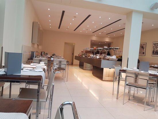 Maximilian Hotel: Buffet breakfast area