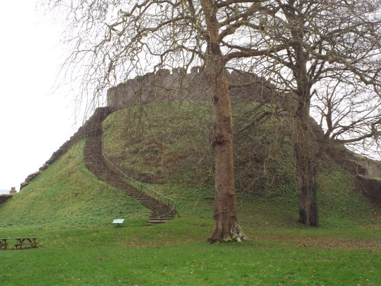 Totnes, UK: Steep climb up the Motte to the keep
