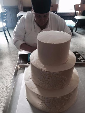 Stanton, MI: Our pastry chef creating a gorgeous wedding cake!