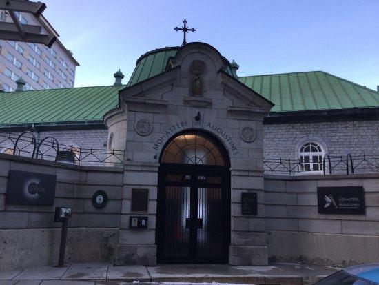 Le Monastere des Augustines: Un aménagement contemporain mettant en vedette les vestiges du monastère.