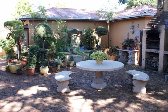 Centurion, Sudáfrica: Courtyard & Braai overlooking self-catering Lewis