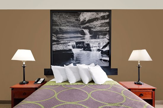 Super 8 by Wyndham Ithaca: One Queen Bed, Sofa Bed Suite