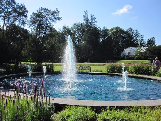 Hillsborough, Nueva Jersey: One of several fountains, this one isn't too far from the main entrance.