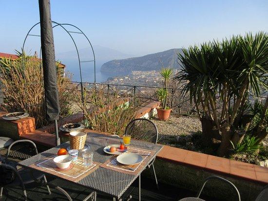 Villa Monica B&B: Frühstücksterrasse