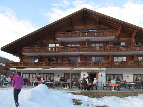 Hotel Alpenland Lauenen: Outdoor seating/drinking area at side of hotel