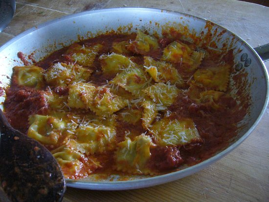 Vejano, Itália: ravioli con formaggio stracchinato di pecora e funghi locali con nostra conserva pomodoro