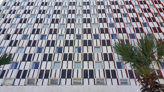Grand Beach Hotel: Otelin hemen önünden görünüşü