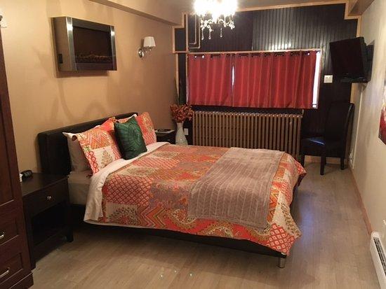 Appart Hotel Trois-Rivieres: le lit... avec le courant d'air et la lumière de la fenêtre