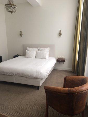Hotel les Charmes: Très bel hôtel décoré dans un style vintage, chambre très agréable avec la baignoire à l'ancienn