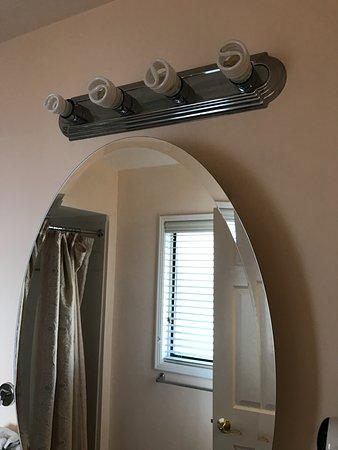 Peach Tree Inn: Bathroom Light Fixture - no frills