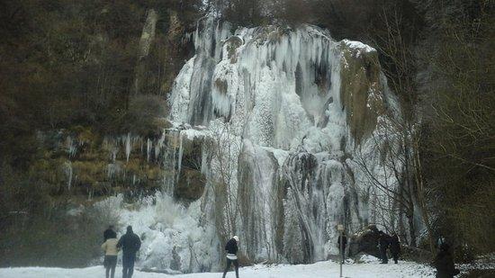 Belley, France: Cascade de Glandieu gelée et enneigée en janvier 2017
