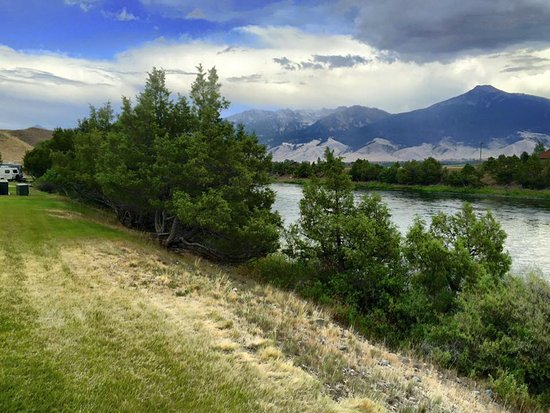 Yellowstone's Edge RV Park : You can't actually walk down to the river's edge due to the heavy hillside growth