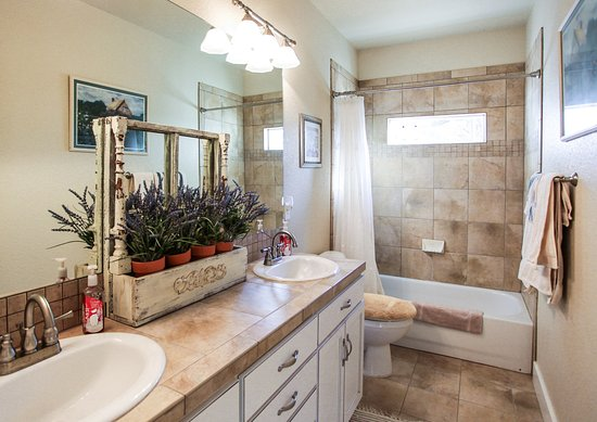 The Red Farmhouse Bed and Breakfast: Larke or Jade Room bathroom