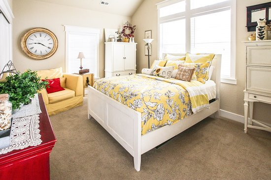 The Red Farmhouse Bed and Breakfast : Larke Room  $120