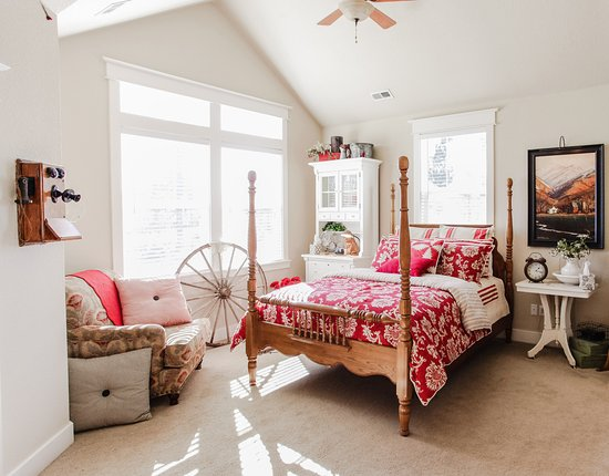 The Red Farmhouse Bed and Breakfast : Jade room  $135